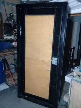 Puerta de hierro y madera