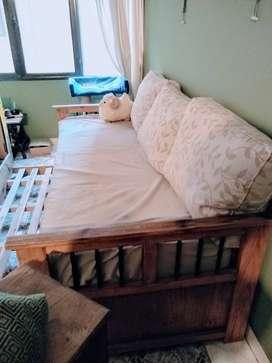 Cama marinera+ colchón+ mesa de luz+ tres almohadones grandes