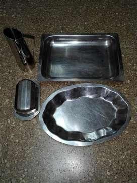 Hermoso lote de cuatro artículos para cocina de acero inoxidable.