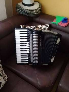 Se vende acordion piano hohner
