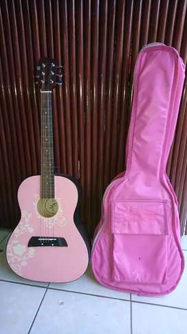 Guitarra rosada First Act con estuche