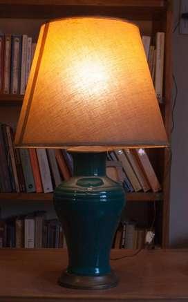 Lámpara cerámica con pantalla de tela tramada