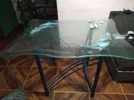 Mesa sola de comedor sin sillas