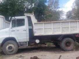 Pala excavadora, camiones, materiales