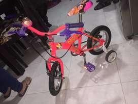 Vendo hermosa bicicleta para niña y mono patin