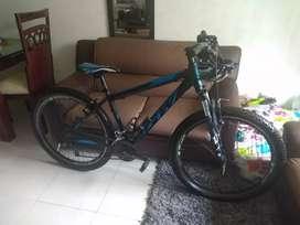 Vendo bicicleta GW como nueva obsequio el casco