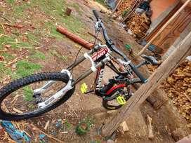 Bicicleta de Downhill,marca giant,modelo giant glory 01,aro 26,comprado en usa