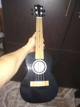 Se vende ukelele solo se ah usado una vez