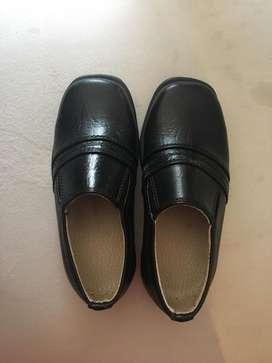 Zapatos negros de cuero. Talla 4 años