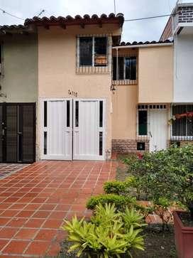 Vivienda familiar dos pisos, tres habitaciones, tres baños, amplio patio