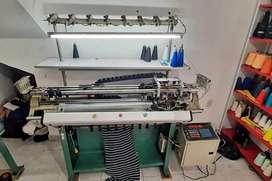 Se venden máquina para hacer cuellos y puños tejidos