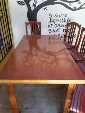 Vendo mesa y seis sillas de madera