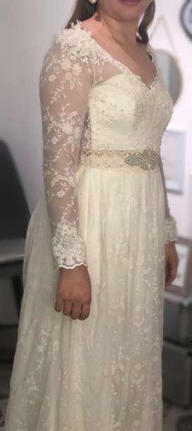 Vestido de novia / diseñador al lado / tela italiana / cinturon en piedreria segunda mano  Bomboná No.2
