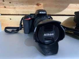 Nikon D3500 con lente 18-55 mm VR y hood para el lente