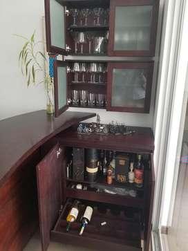 Bar de madera para casa, 2 butacas y mueble para copas