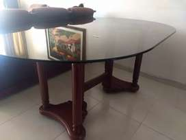 Mesa de comedor de madera con vidrio