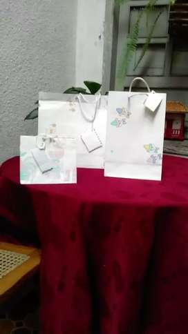 Bolsas de regalo/ a 1.000 y también se venden al por mayor