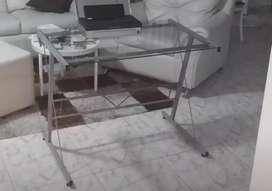 Vendo mesa de vidrio y aluminio. Casi nueva.