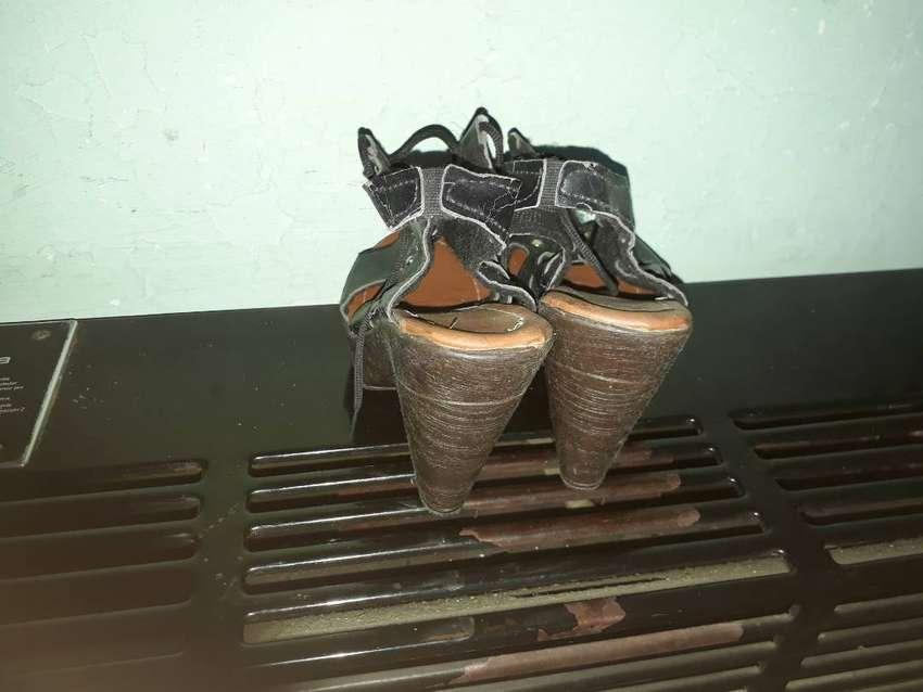 Vendo sandalias de dama de cuero usadas.