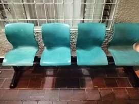 Se vende silla de 4 puestos ideal para oficina.