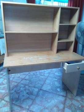 Escritorio con biblioteca en alzada y cajón