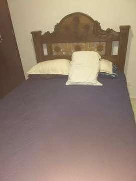 Vendo cama de roble  doble puesto  con colchón. 320.000