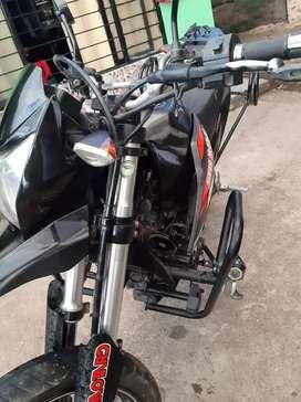 Vendo moto poco uso excelente estado llantas media vida freno disco delantero y tracero esploradoras  luz led malereros