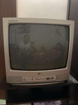 Televisor convencional Marca GL y Mesa