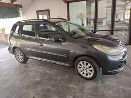 Titular vende Peugeot Rural en muy buenas condiciones. Revisión técnica vigente, service en vigencia, cubiertas nuevas.
