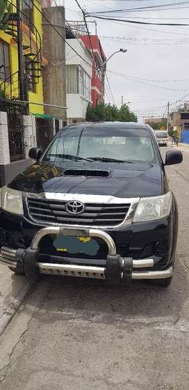 Toyota hilux 4x4 turbo interculer año 2014 versión 2015 color negro perlado