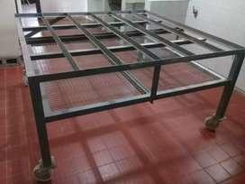 Estructura de hierro con ruedas giratorias