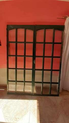 Puerta balcon sin marco usada con detalle