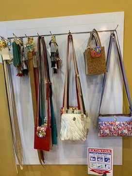 Mueble exhibidor correas y bolsos