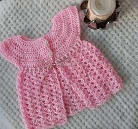 Vestido y patines tejidos para bebé