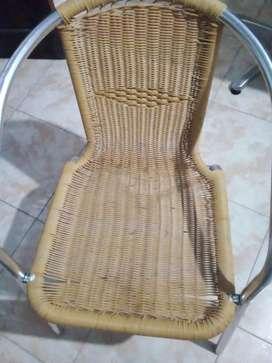Vendo 2 sillas rattan y mesa de aluminio