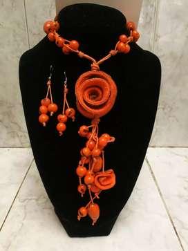 Collar anaranjado tejido a mano