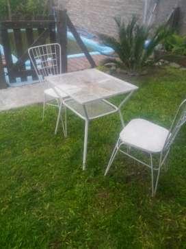 vendo mesa con silllas de hierro para jardin