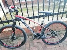 Hermosa bicicleta Élite Force