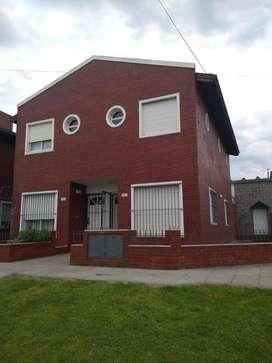 Duplex de tres ambientes Brown y Albarracin. Excelente estado.