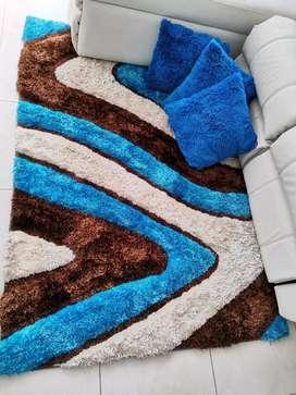 linda alfombra con cojines