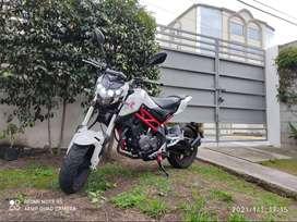 Moto Motocicleta Benelli TNT 135 blanca con rojo.