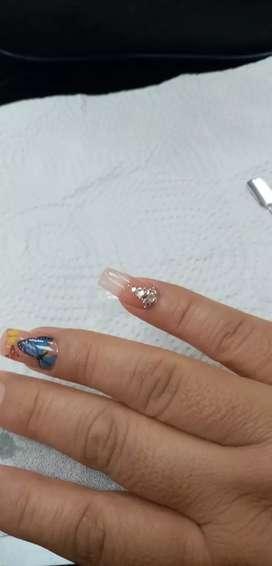 Busco manicurista en uñas acrílicas