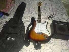 Se vende guitarra electrica con amplificador cable de sonido la guitarra está sin estrenar