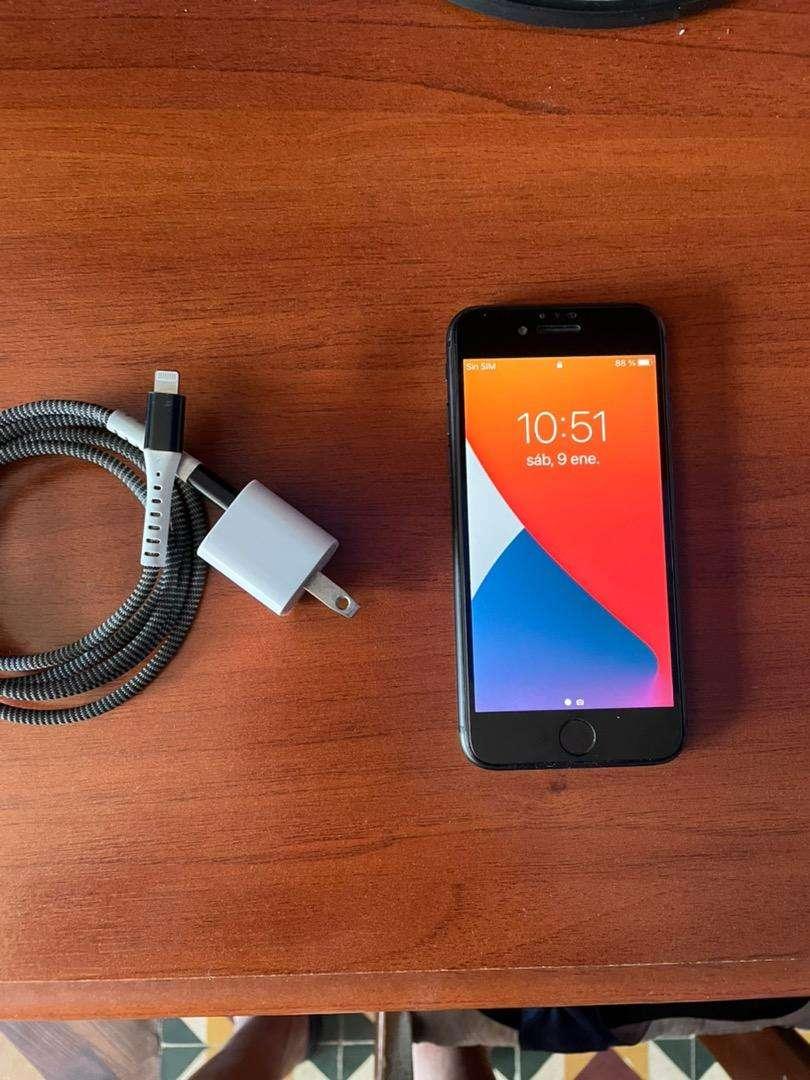 Vendo iphone 8 con su cargador original 0