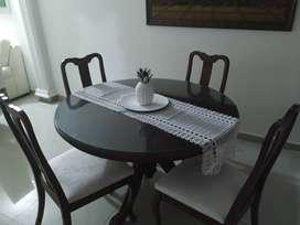 Mesa de comedor en cedro con sus 4 sillas