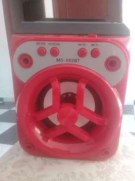 bafle rojo con entrada usb con cargador original