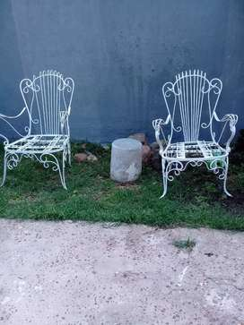 Dos sillones de hierro