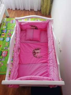 Cama Cuna -Colecho blanco con accesorios rosados