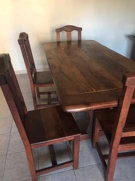 Mesa de 1,80 de largo x 80 cm de ancho y 6 sillas de algarrobo macizo.