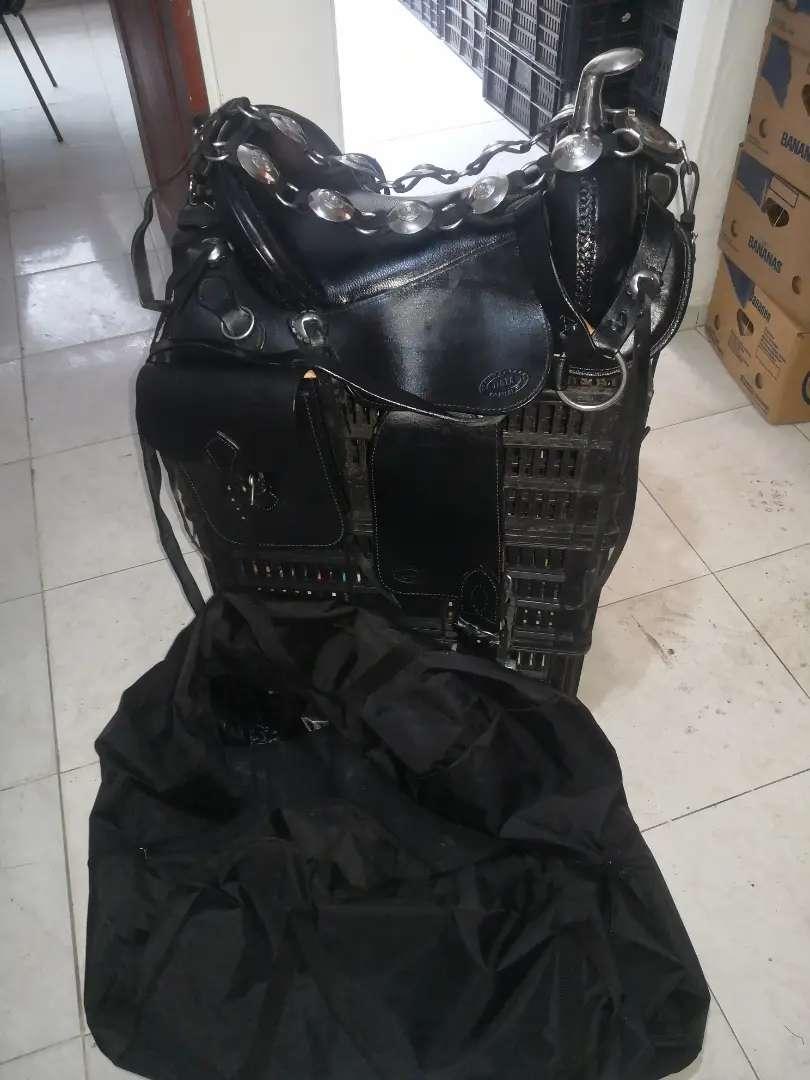 Vendo hermosa silla para equino con todos sus aperos en cuero como nueva + otros accesorios.